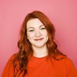 桃红色背景的妇女 免版税图库摄影
