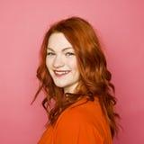 桃红色背景的妇女 图库摄影