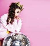 桃红色背景的年轻逗人喜爱的迪斯科女孩与迪斯科球和阴级射线示波器 免版税图库摄影