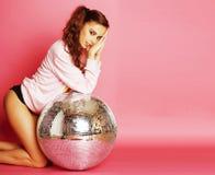 桃红色背景的年轻逗人喜爱的迪斯科女孩与迪斯科球和阴级射线示波器 库存照片