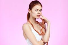 桃红色背景的美丽的妇女,饮食,画象,体育,减肥,拷贝的空白 库存照片