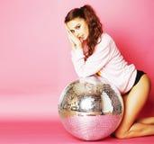 桃红色背景的年轻逗人喜爱的迪斯科女孩与迪斯科球和阴级射线示波器 免版税库存照片