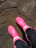 桃红色胶靴在一个雨天 库存照片