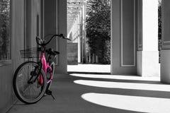 桃红色自行车停放黑白 库存图片