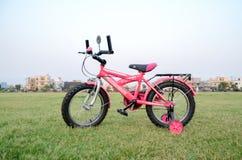 桃红色自行车 免版税库存照片