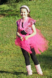 桃红色舞蹈演员在公园 图库摄影