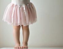 桃红色芭蕾舞短裙的小孩 免版税库存图片