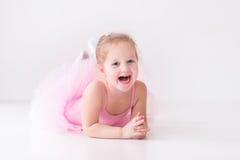桃红色芭蕾舞短裙的小芭蕾舞女演员 图库摄影
