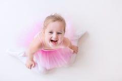 桃红色芭蕾舞短裙的小芭蕾舞女演员 免版税库存照片