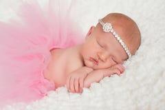 桃红色芭蕾舞短裙的新出生的女婴 库存照片