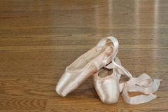 桃红色芭蕾pointe鞋子 免版税库存照片