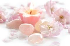 桃红色花和宝石与蜡烛 免版税库存照片