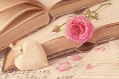 桃红色花和旧书 免版税库存图片
