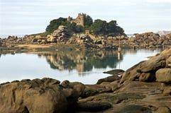 桃红色花岗岩海岸和城堡Costaeres 免版税库存图片