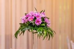 桃红色花的布置 免版税图库摄影