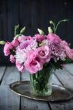 桃红色花花束在花瓶葡萄酒装饰的 免版税库存照片