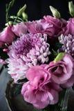 桃红色花花束在花瓶葡萄酒装饰的 库存图片