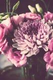 桃红色花花束在花瓶葡萄酒装饰的 图库摄影
