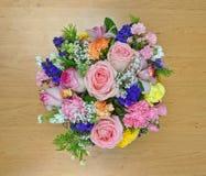 桃红色花花束顶视图在一个木板的 免版税库存照片