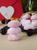 桃红色莓果蛋白软糖和风和浪漫信件 库存照片