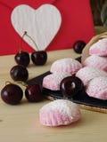 桃红色莓果蛋白软糖和风和浪漫信件 免版税库存图片