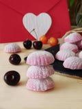桃红色莓果蛋白软糖和风和浪漫信件 免版税库存照片