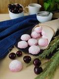 桃红色莓果蛋白软糖和风驱散在一个纸袋外面 免版税库存图片