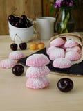 桃红色莓果蛋白软糖和风驱散在一个纸袋外面 库存照片