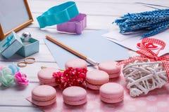桃红色蛋白杏仁饼干 婚礼主题 婚姻白色的背景明亮的环形 与铅笔的明信片 免版税图库摄影