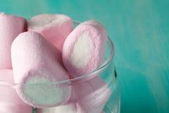 桃红色蛋白软糖的数量在瓶子的 免版税库存图片