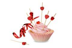 桃红色蛋糕、红色心脏和丝带在白色背景与阴影 红色上升了 免版税库存图片