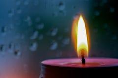 桃红色蜡烛光的葡萄酒图象在前面的在窗口机智 免版税库存图片