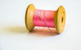 桃红色螺纹、卷轴和针 免版税库存照片
