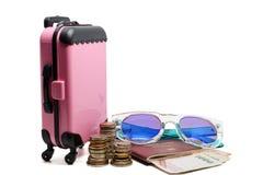 桃红色行李,泰国金钱堆硬币,钞票,护照和 图库摄影