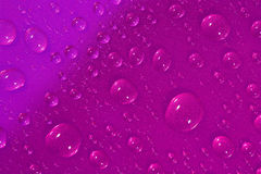桃红色表面上的水下落 免版税库存图片