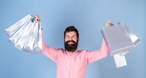 桃红色衬衣的人有愉快的拿着礼物的面孔和长的胡子的请求,生日聚会,庆祝概念 行家与 库存照片