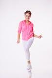 桃红色衬衣跳舞的妇女在演播室 概念行动 库存图片
