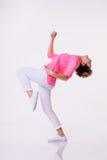 桃红色衬衣跳舞的妇女在演播室 概念行动 免版税图库摄影