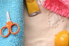 桃红色袋子、黄色奶油和剪刀在自然布料 图库摄影