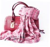 桃红色袋子由皮革和方格的围巾制成 免版税图库摄影