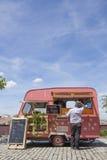 桃红色被加点的食物卡车 库存图片
