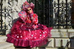 桃红色被打扮的被掩没的妇女 库存图片