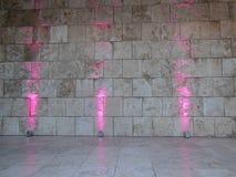 桃红色被点燃的灰色墙壁 免版税库存照片
