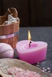 桃红色被点燃的蜡烛和腌制槽用食盐 库存图片