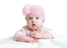 桃红色被编织的帽子的女婴 库存图片