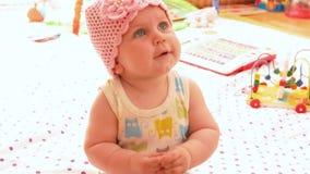 桃红色被编织的帽子的婴孩 股票视频