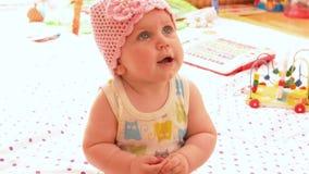 桃红色被编织的帽子的婴孩 影视素材