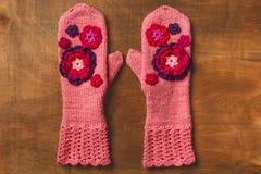 桃红色被编织的手套 库存图片