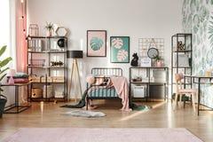 桃红色装饰在植物的卧室 库存照片