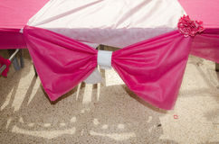 桃红色装饰弓和白色丝带-装饰婚礼场面 库存照片